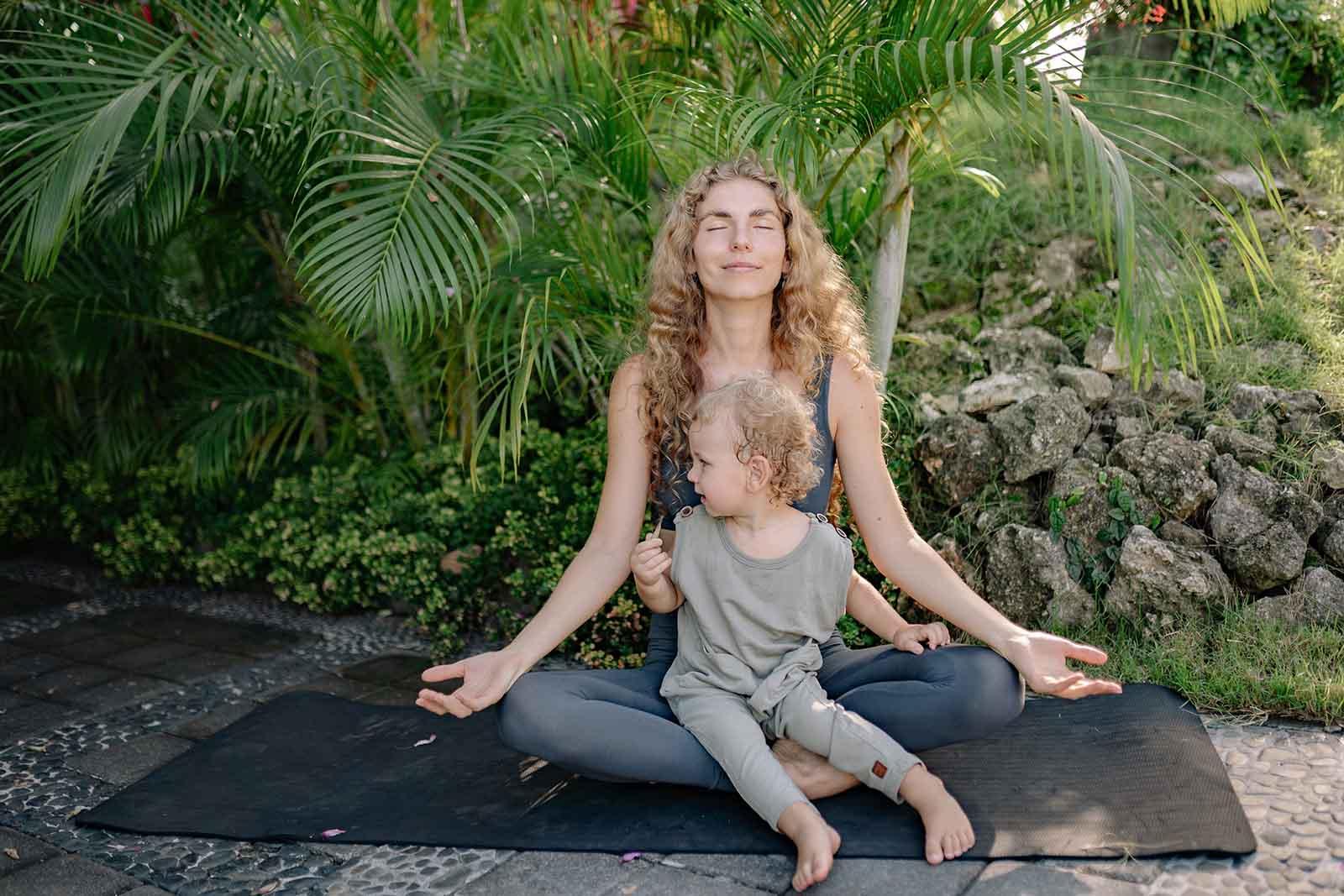 Mutter und Kind machen in Mutter Kind Kur Yoga