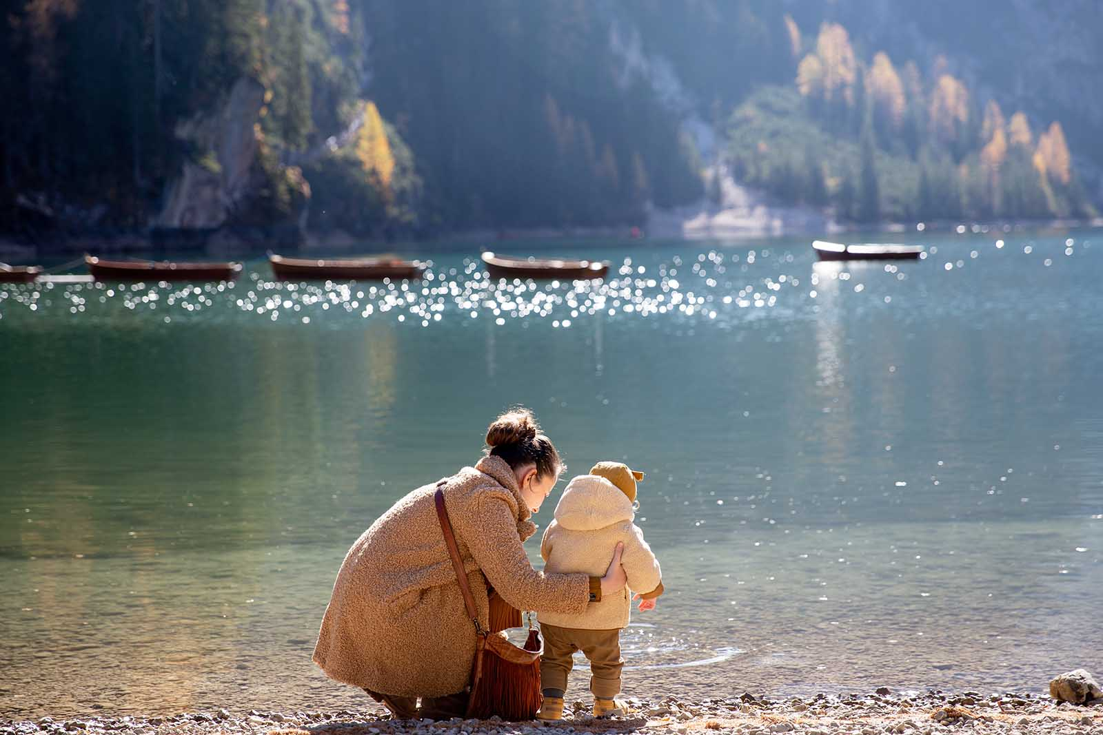 Mutter und Kind gehen gemeinsam in Mutter Kind Kur