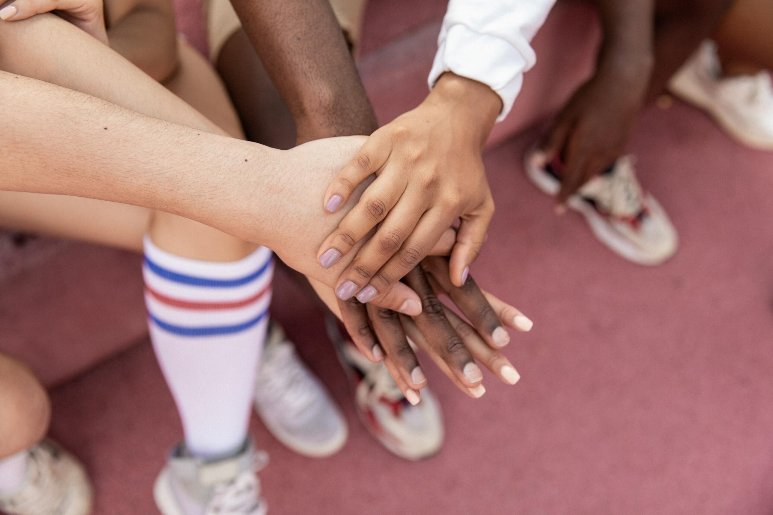 Selbstmotivation 4 Team motiviert sich mit einem gemeinsamen Handschlag