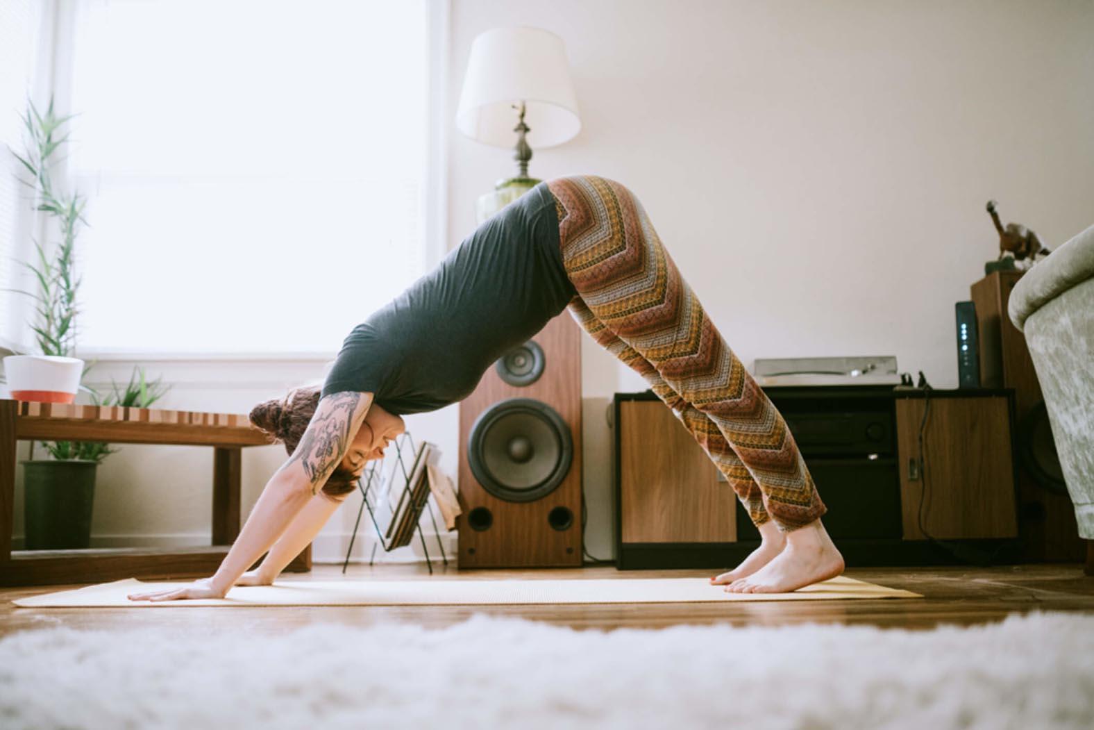 Indoor-Yoga mit Alexa bei Schlechtwetter