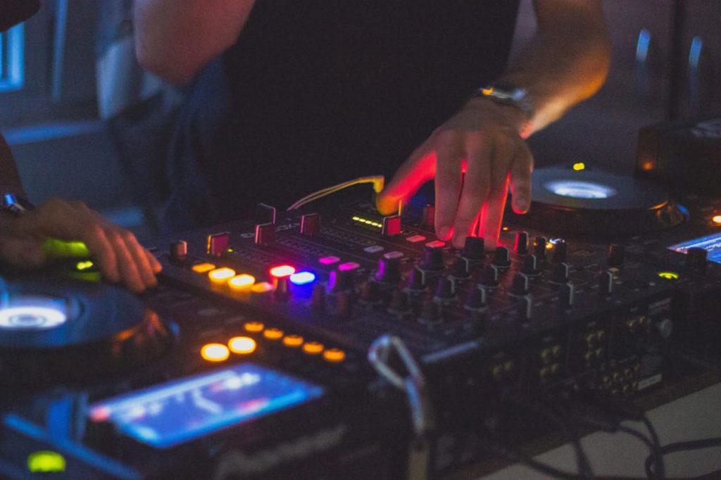 Mit Live-Streams kann die Party auch trotz Corona weitergehen