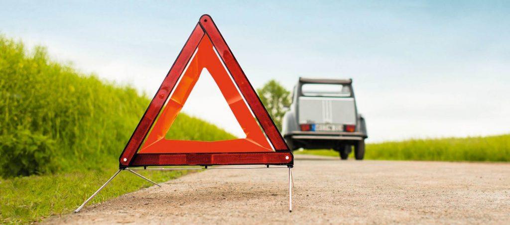 Warndreieck bei Autopanne aufstellen