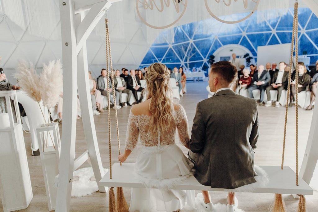 """""""In den Geodom-Kuppelzelten von Atmosflair passt die ganze Hochzeitsgesellschaft – die Trauung kann dann auch am Lieblingsort stattfinden."""""""