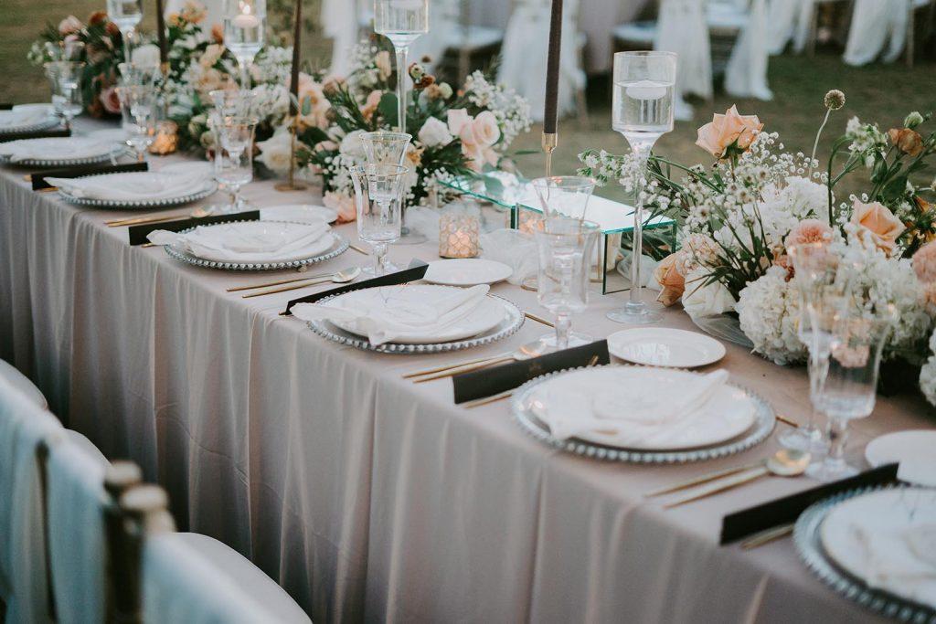Bei der Gestaltung der Tische und Sitzplätze bei einer Hochzeit in Niedersachsen sind viele Hochzeitsbräuche zu beachten