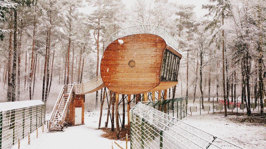 Winterliches Holzhotel in Niedersachsen