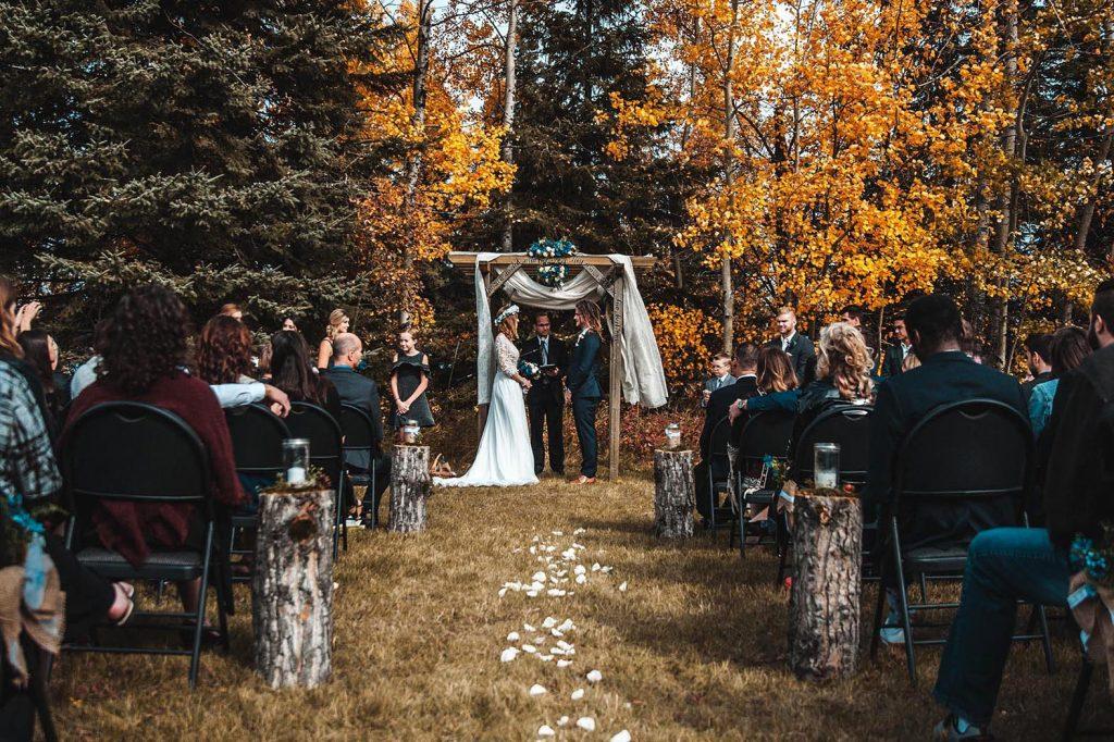 Nach der Zeremonie im Wald wird in der Hochzeitslocation in Niedersachsen Wald Hotel Freigeist gegessen und gefeiert