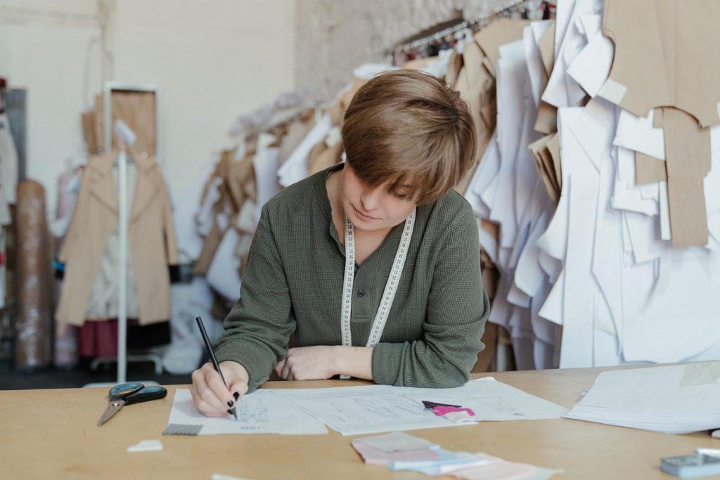 Kreative Jobs im Handwerk: Als Schneiderin oder Kunsthandwerkerin kann man kreativ werden, ohne an einen Bildschirm gefesselt zu sein