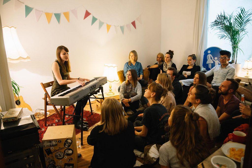 """""""Originelle Bands für die Hochzeit in Niedersachsen kann beim bei SofaConcerts buchen – auch ins eigene Wohnzimmer."""""""