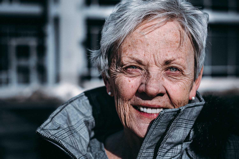Ältere Frau kümmert sich um Altersvorsorge
