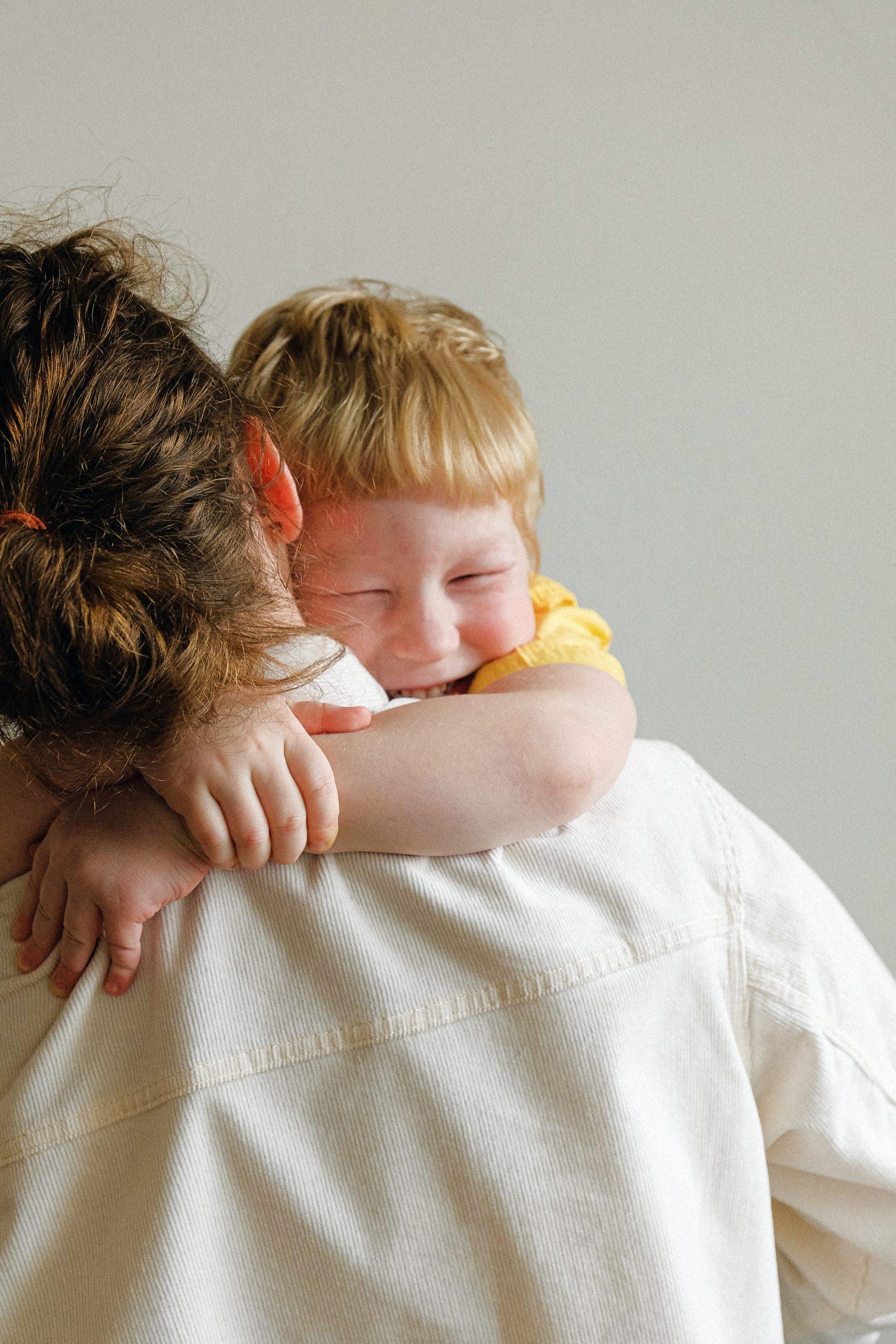 Glueckliche Mutter mit Kind durch clevere Familienplanung