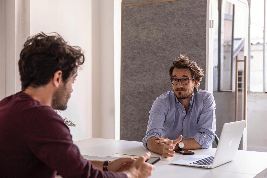 Im Bewerbungsgespräch solltest du nur nicht die Ruhe verlieren: Denk lieber ein wenig nach, statt etwas Unüberlegtes zu sagen.