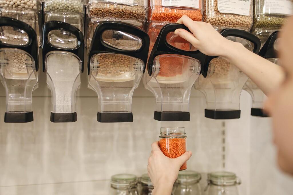 Kind hilft bei Einkauf um nachhaltigen Konsum selbst zu lernen