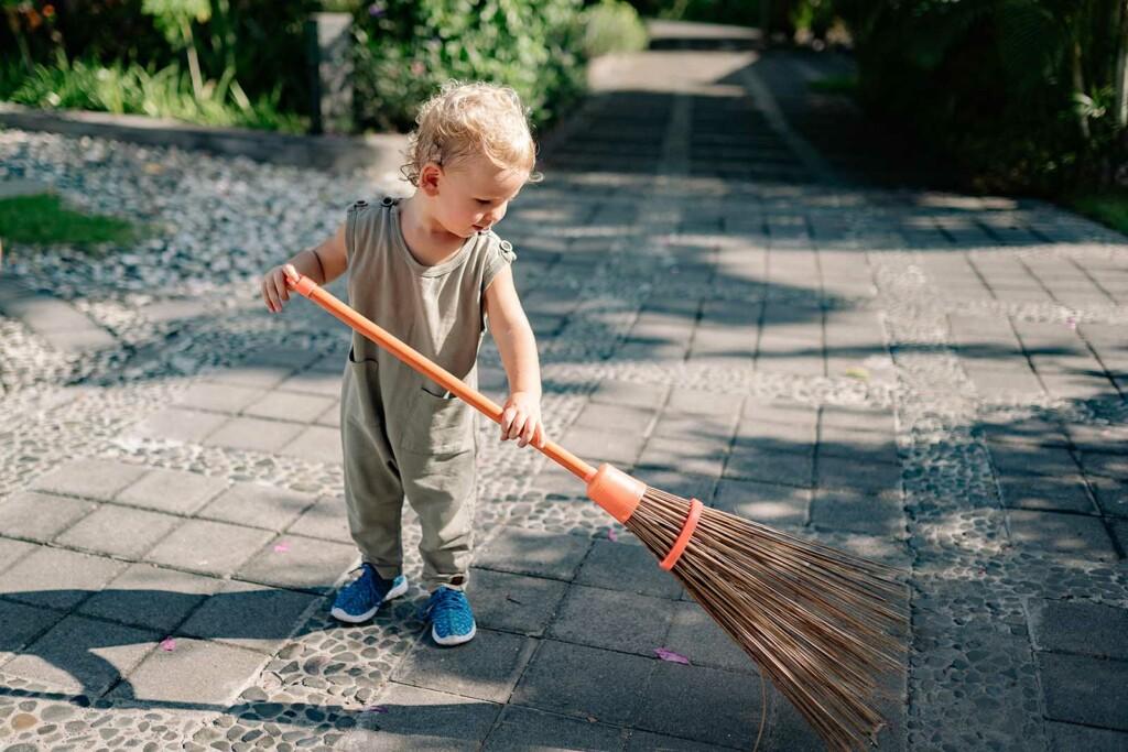 Kind hilft im Haus und lernt wie Nachhaltigkeit funktioniert