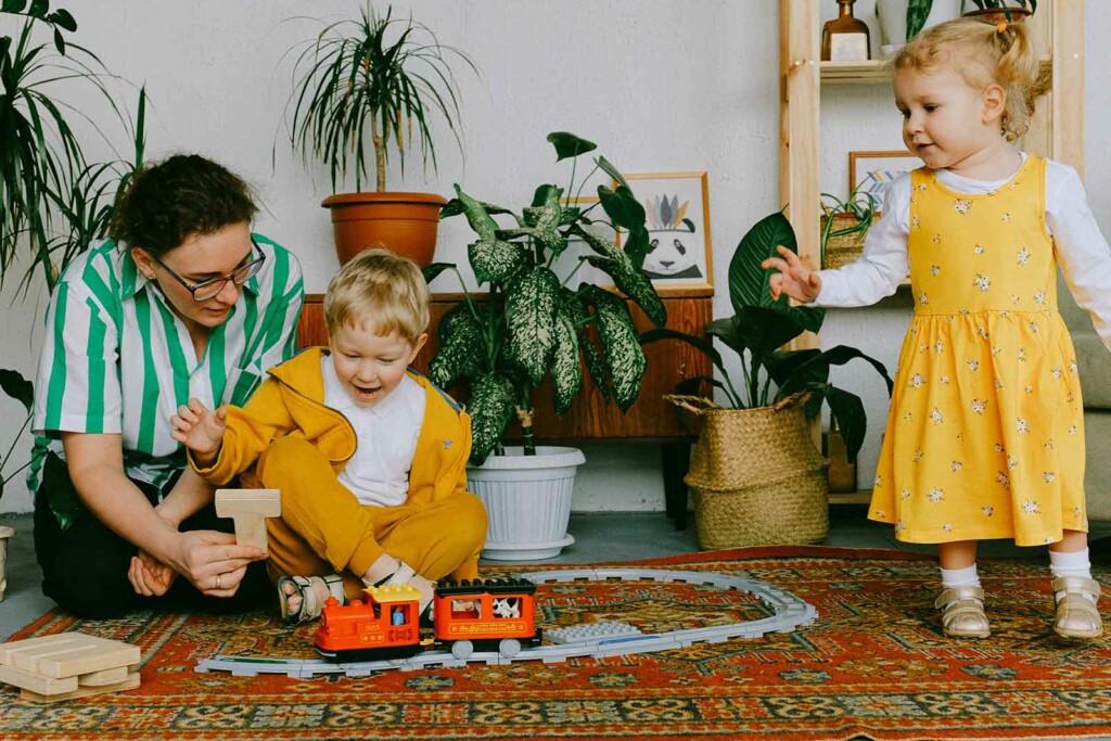 Kinder spielen als Ausnahme mit Eisenbahn aus Plastik