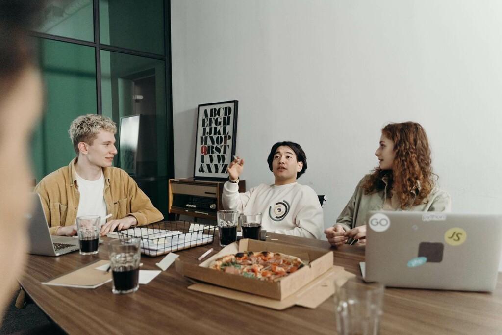 junge berufseinsteiger beim flexiblen arbeiten