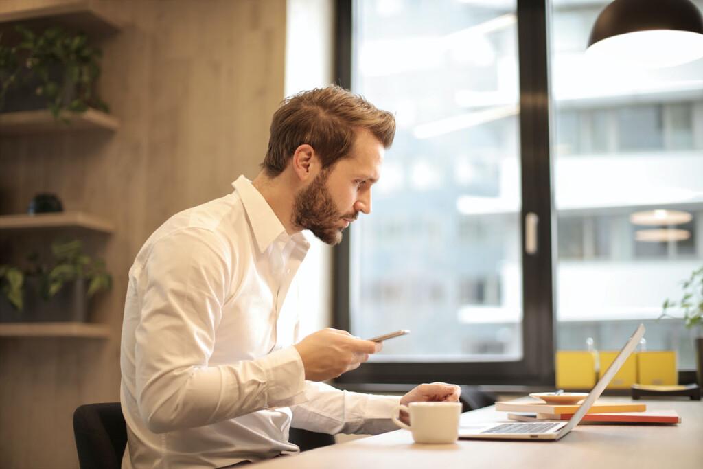 Junger Geschäftsmann arbeitet am Laptop. Für karriereorientierte Menschen sieht Work-Life-Balance anders aus als für andere Typen