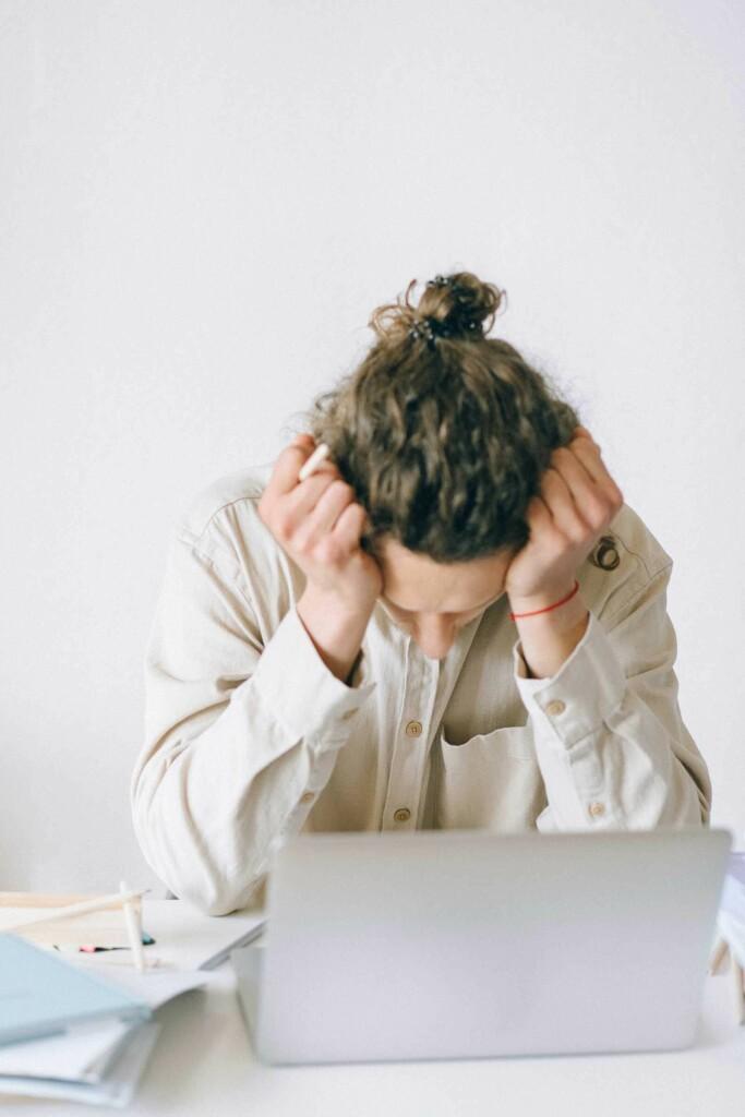 mann scheitert vor einer aufgabe am PC