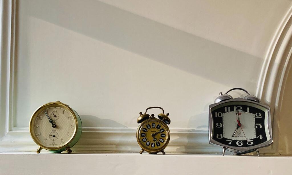Drei unterschiedliche Uhren symbolisieren die verschiedenen Biorhythmen des Menschen. Sie sollten bei Work-Life-Balance-Maßnahmen beachtet werden