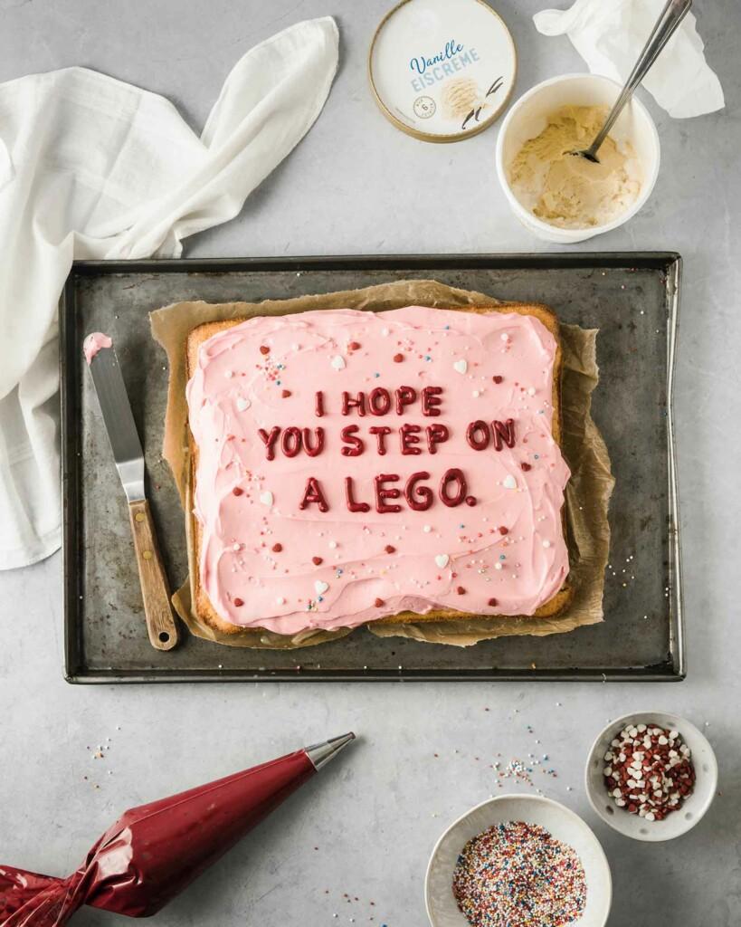 Eine Torte mit einem bösen Wunsch für den Partner