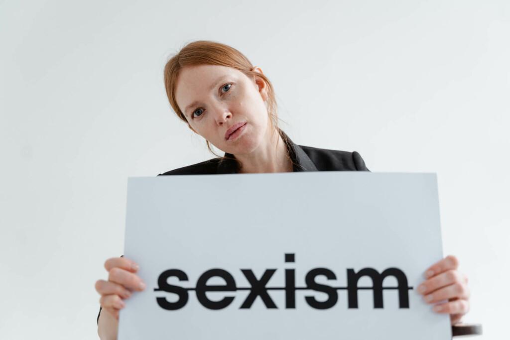 Frau kämpft gegen Sexismus am Arbeitsplatz