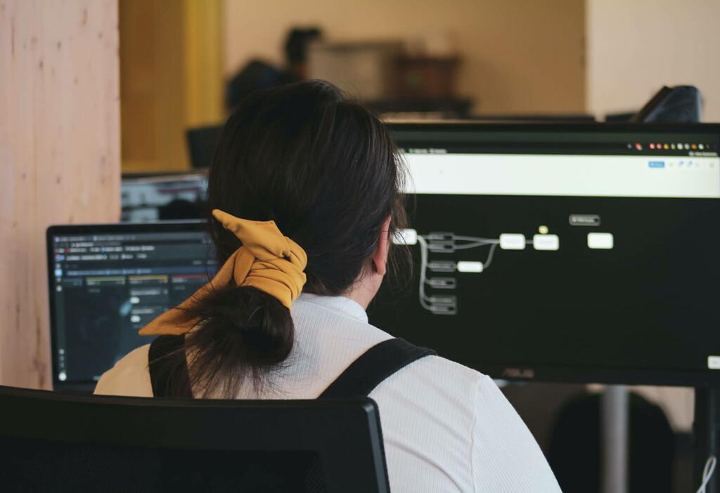 Frau macht am PC eine DNA-Analyse