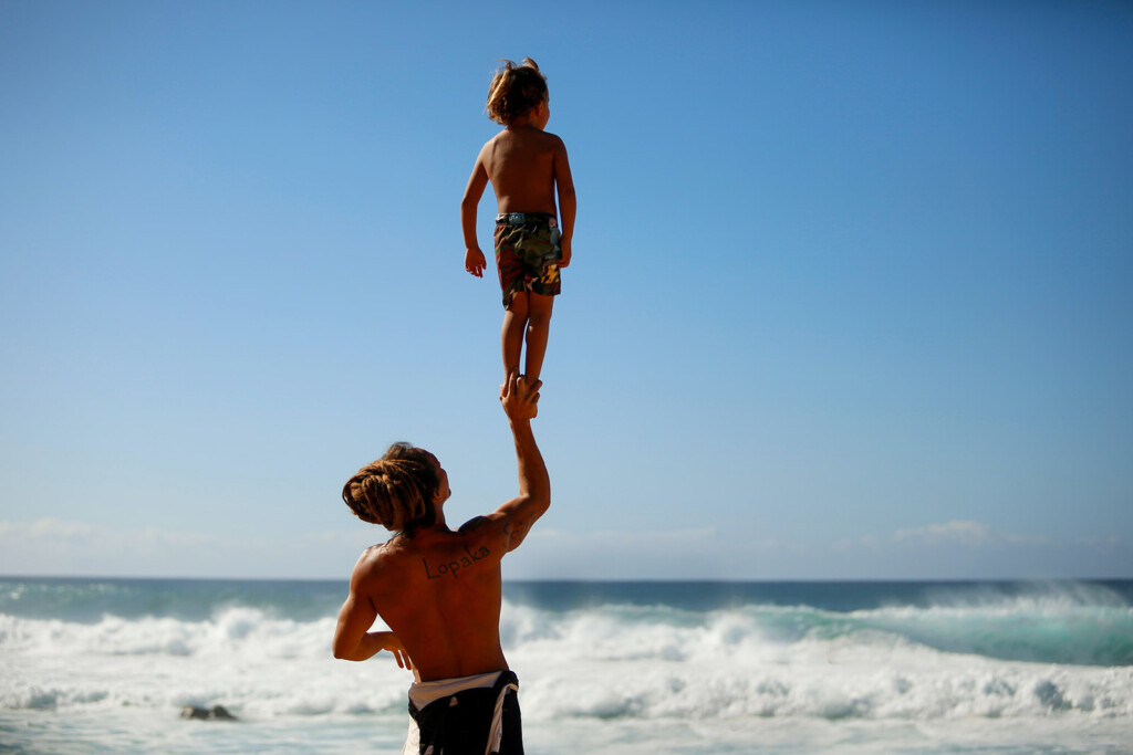 Kind steht auf den Händen des Vaters und hat einen guten Ausblick