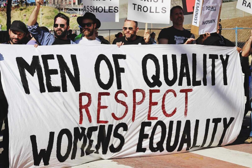 Männer demonstrieren gegen die Diskriminierung von Frauen
