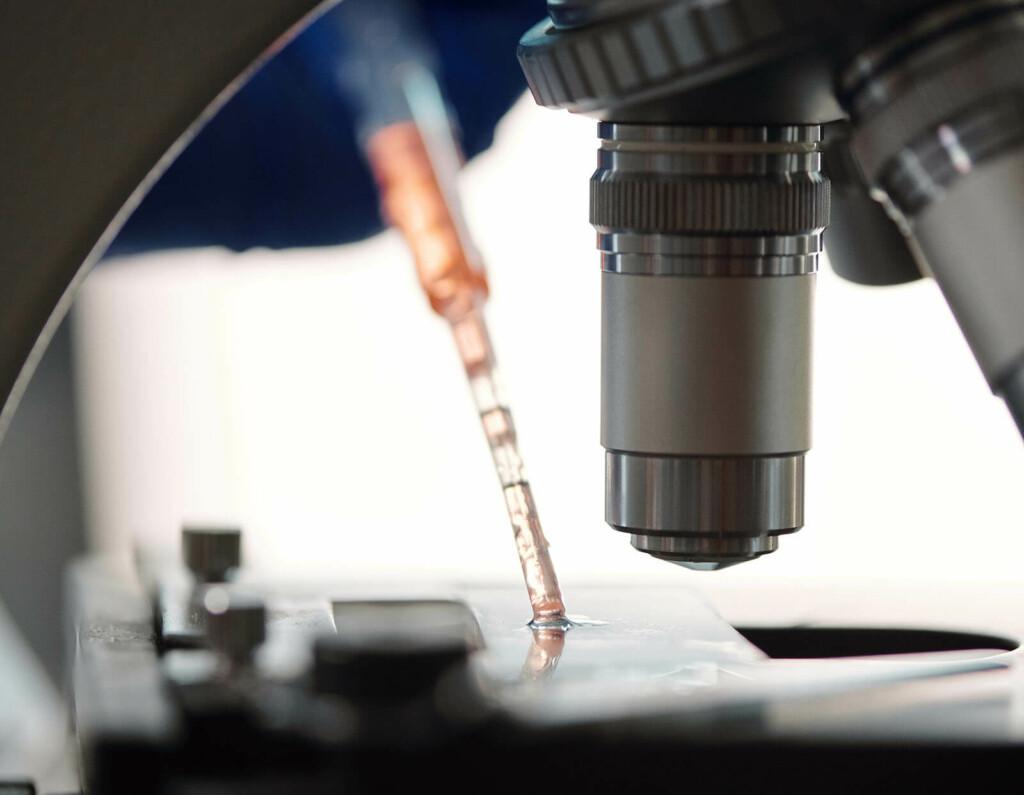 Nahaufnahme Mikroskop bei DNA-Analyse