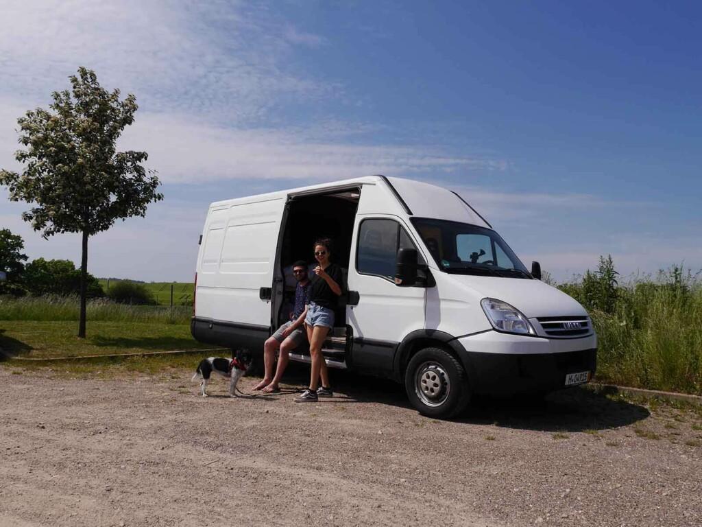 Vanlife Influencer Lina und Lennart mit ihrem Camper
