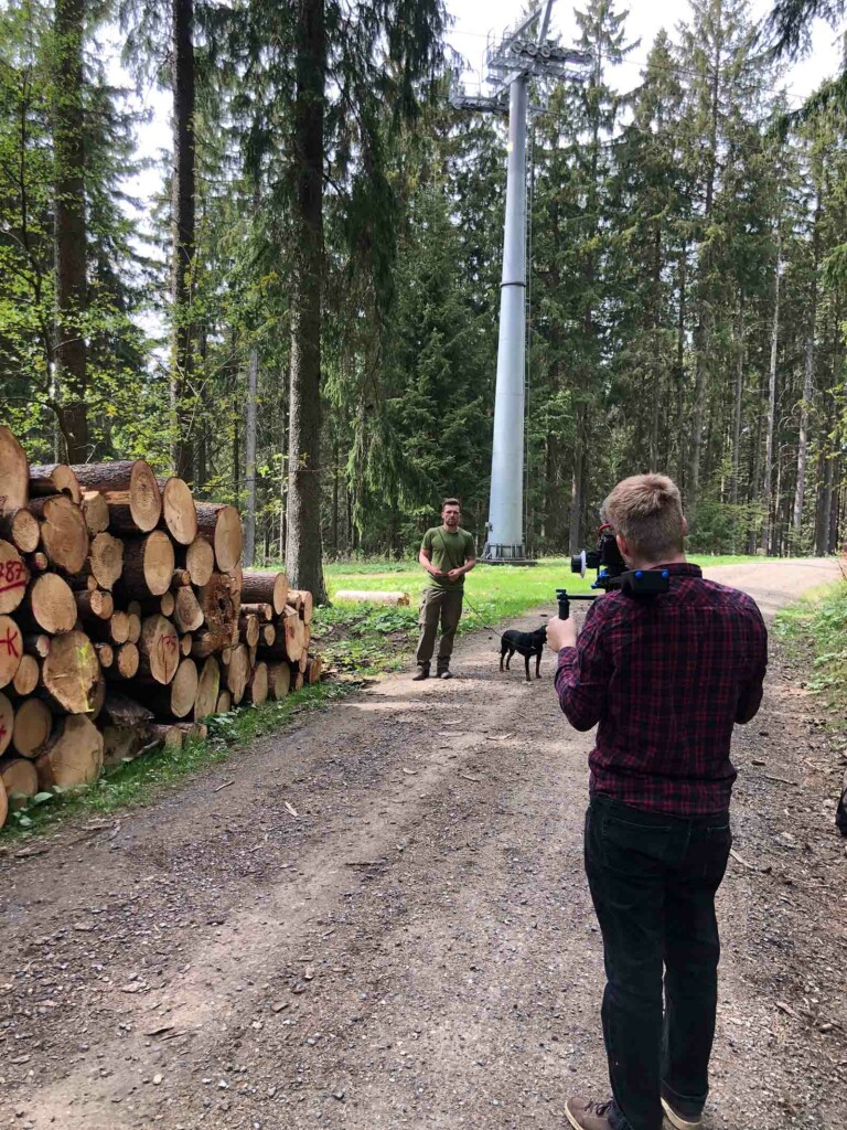 Dreharbeiten bei Forst erklaert im Wald