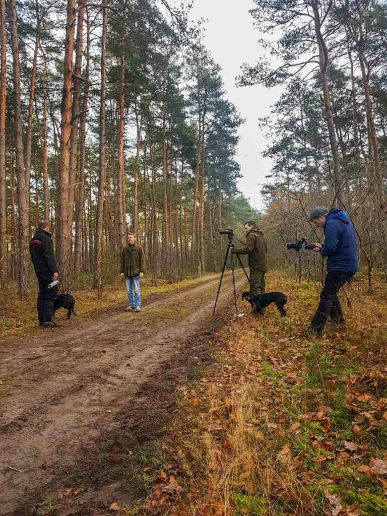 Forst erklaert bei Dreharbeiten im Wald