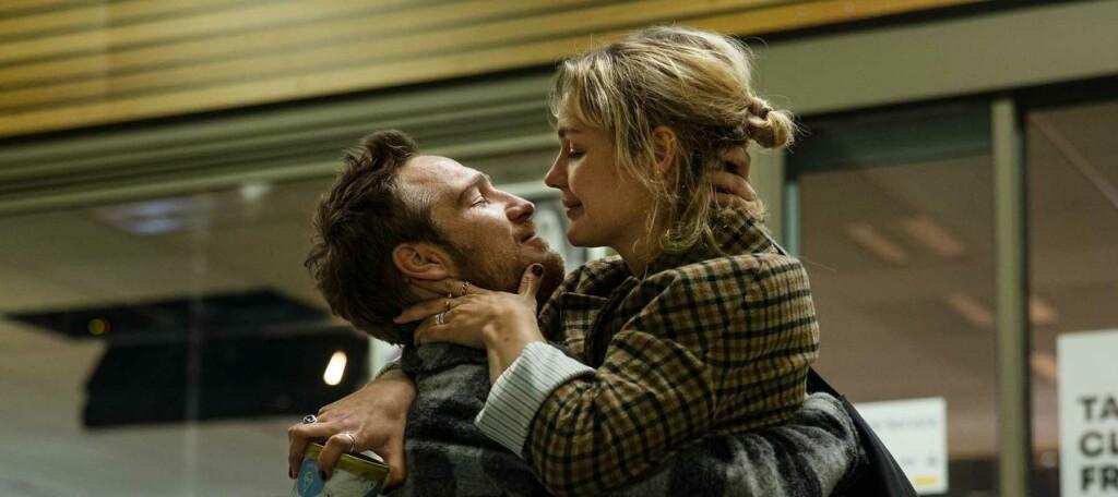 Mann und Frau umarmen sich kurz vor dem Kuss
