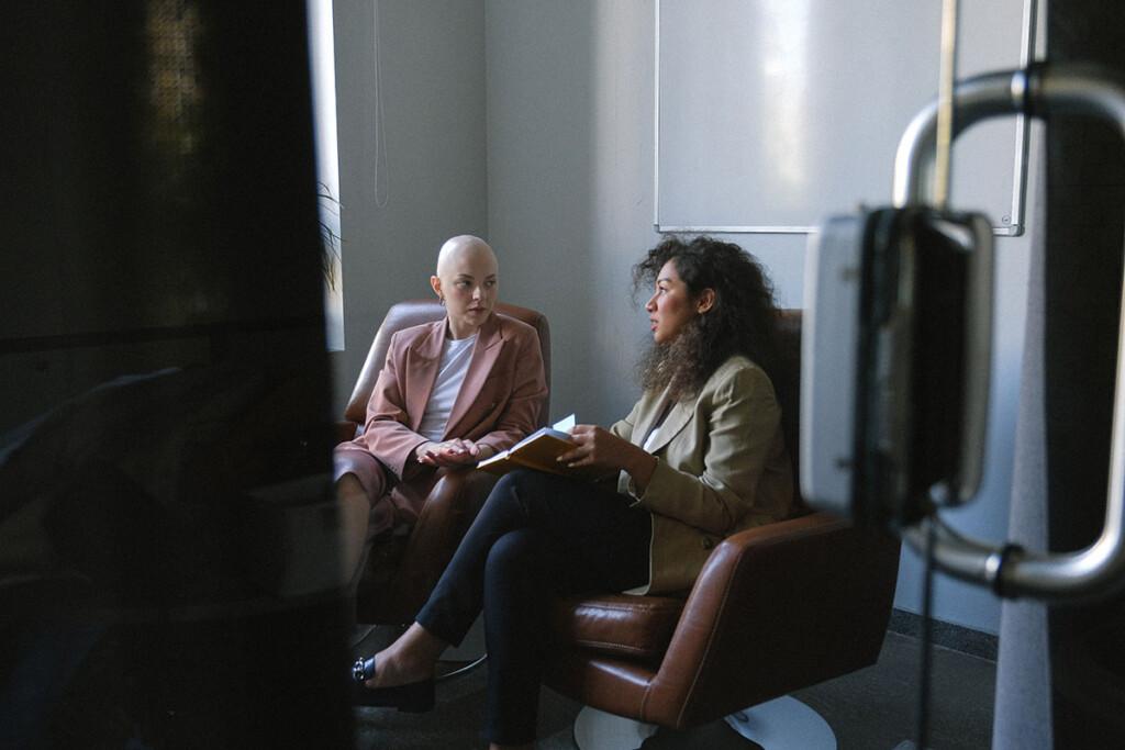 Junge Frauen in Führungsposiiton beraten sich miteinander