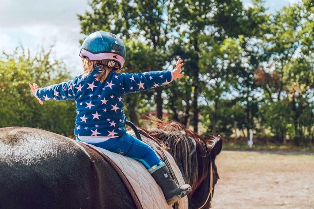 Kleines Kind trainiert auf einem Ponny