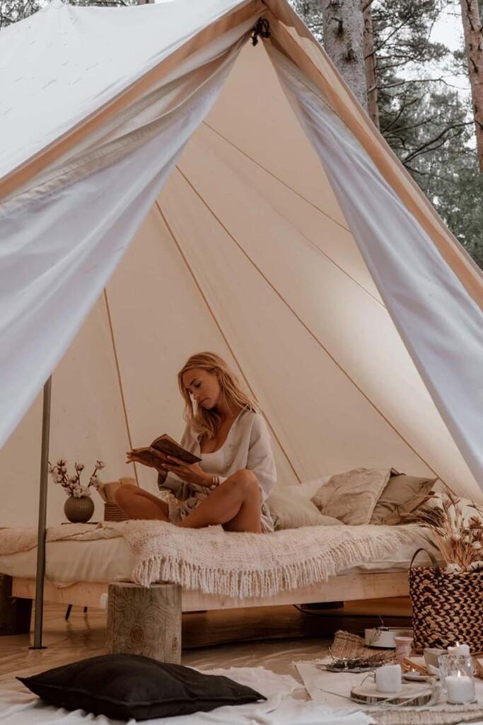 Schlafplatz mit Holzbett im Zelt