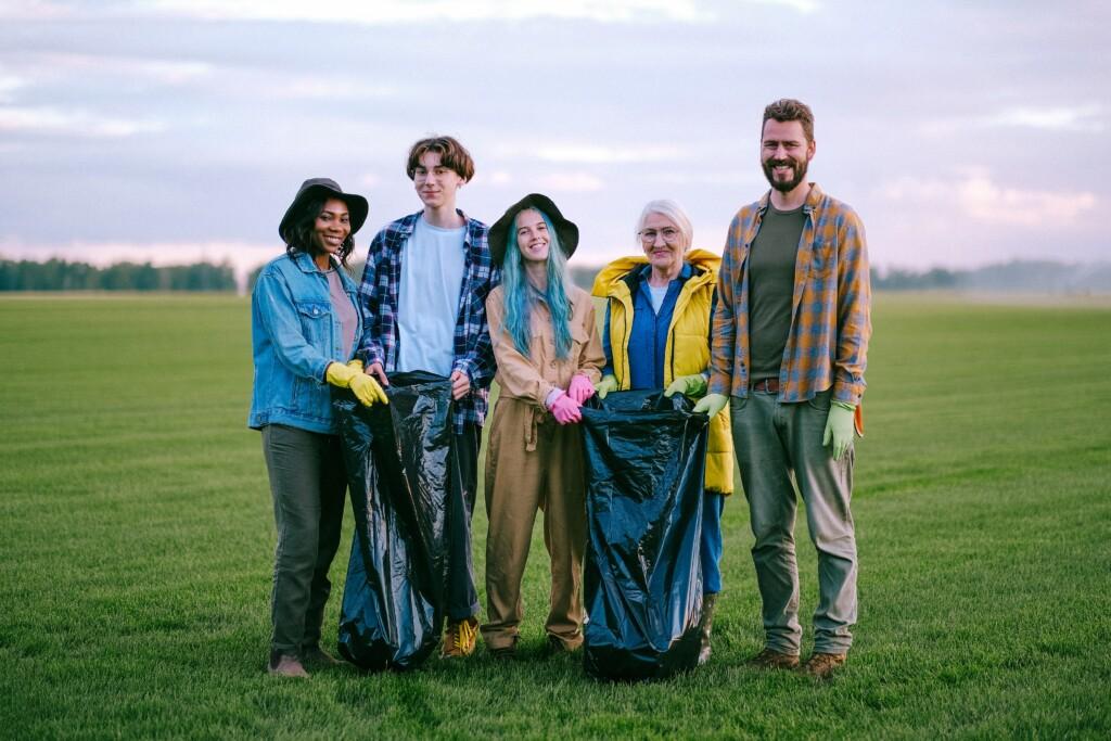 Junge Menschen auf Feld setzen sich für Umwelt ein