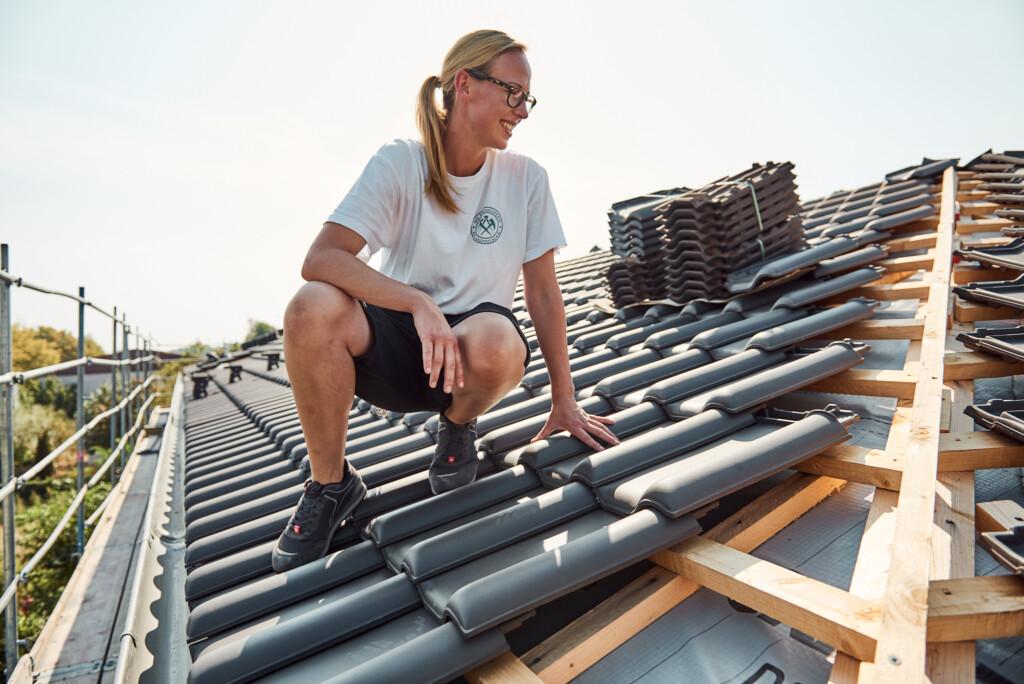 Frau im Handwerk ist als Dachdeckerin tätig