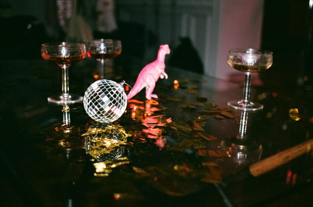 Party-Tisch mit Sektgläsern und Konfetti symbolisiert die Verantwortungslosigkeit, die es für Selfcare manchmal braucht